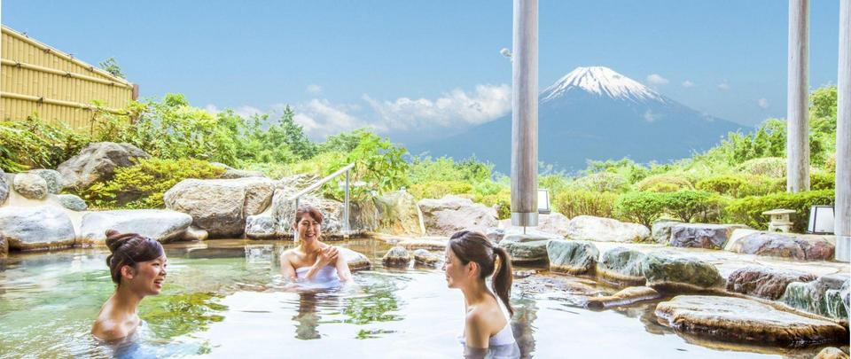 Hakone is most famous for its so many hot springs (Onsen), especially the resorts located along the flow of hot streams that have existed for a long time.