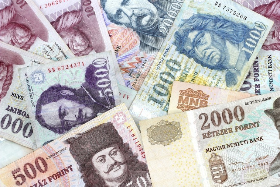 hungarian-forint-notes-922x614