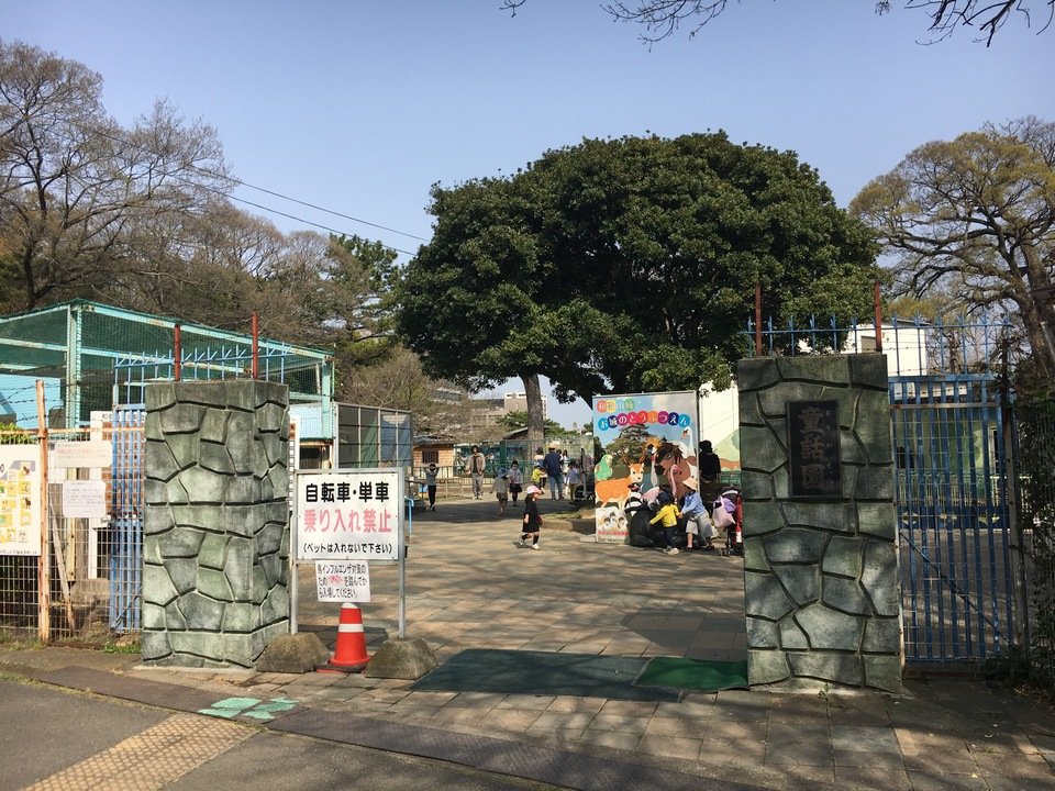 zoo entrance at wakayama castle with many patrons walking about