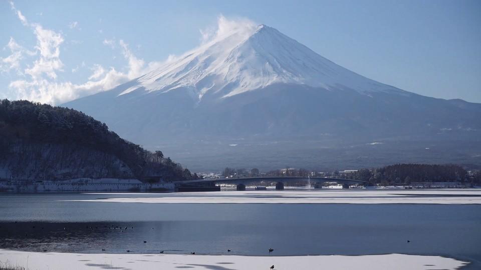 videoblocks-mt-fuji-over-lake-kawaguchi-in-winter_rvrz2hthm_thumbnail-full01