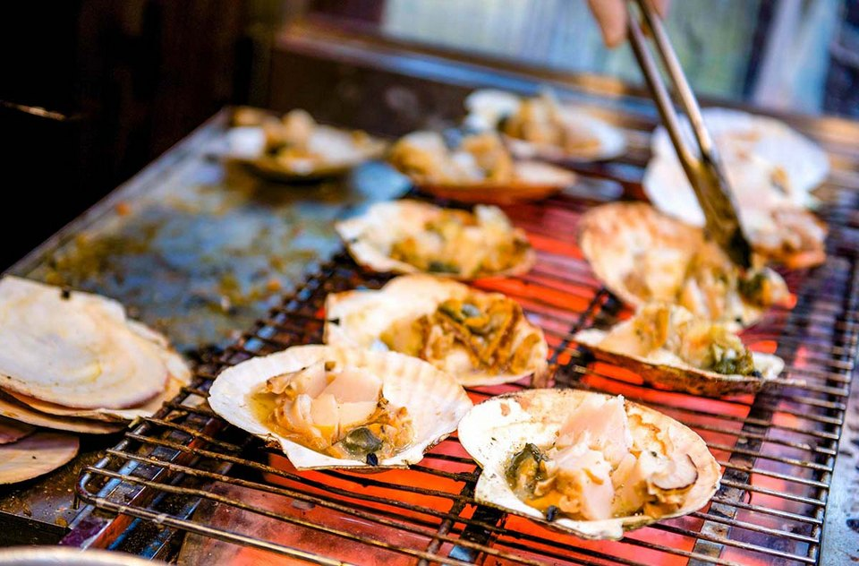City-guides_Osaka-food_grilled-scallop_Japan_street-food