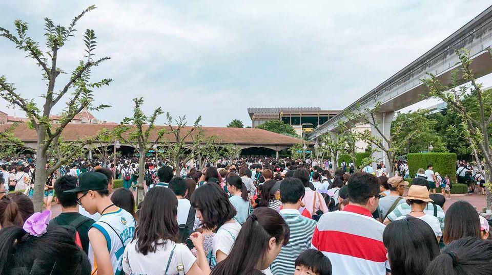 Queue-to-Tokyo-Disneysea-on-a-school-holiday-Tokyo-Disneyland-Guide