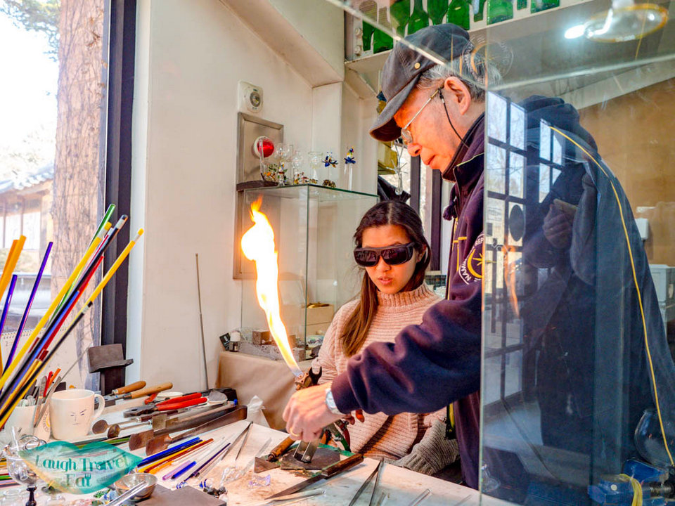 glass-making-handcraft-studio-nami-island-gangwon-south-korea-laugh-travel-eat