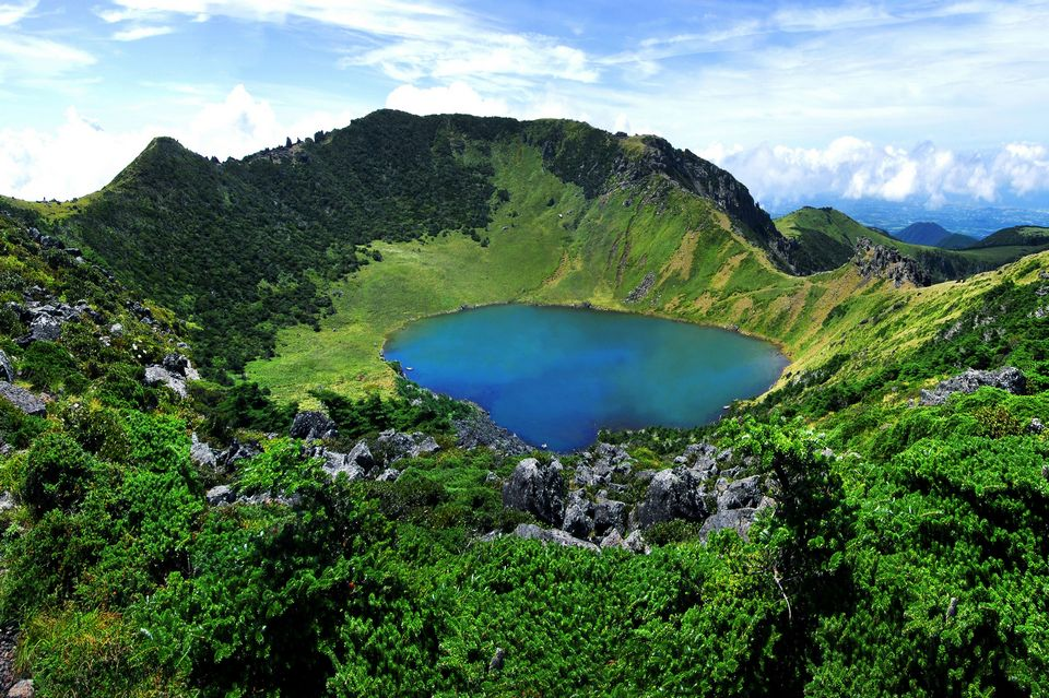 hallasan crater lake and hallasan national park (1)