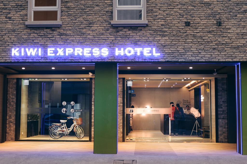 Taichung hostel near train station Kiwi Express Hotel (1)