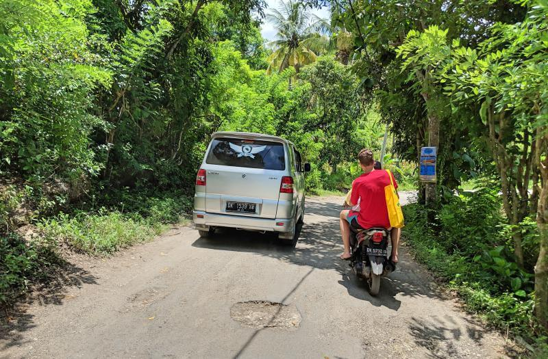 Riding-Motorbike-in-Nusa-Penida-Share-Roads