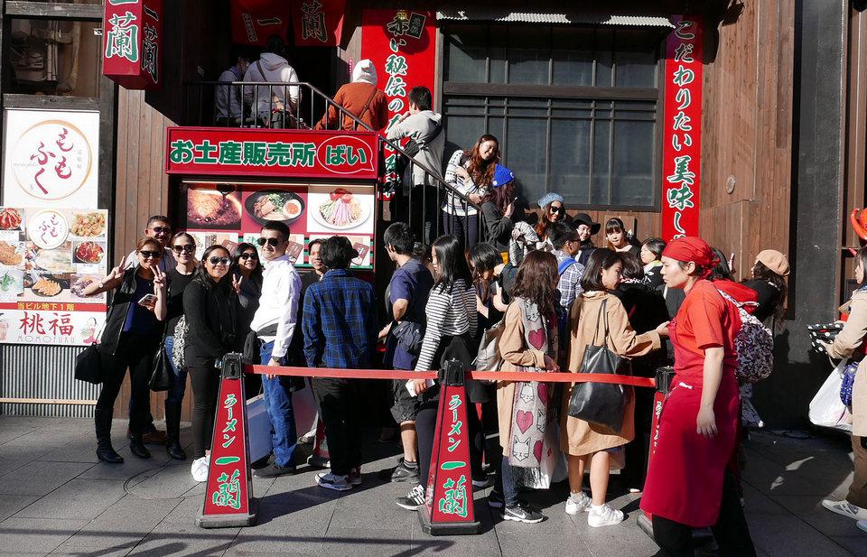 Long queue in Ichiran Osaka ramen
