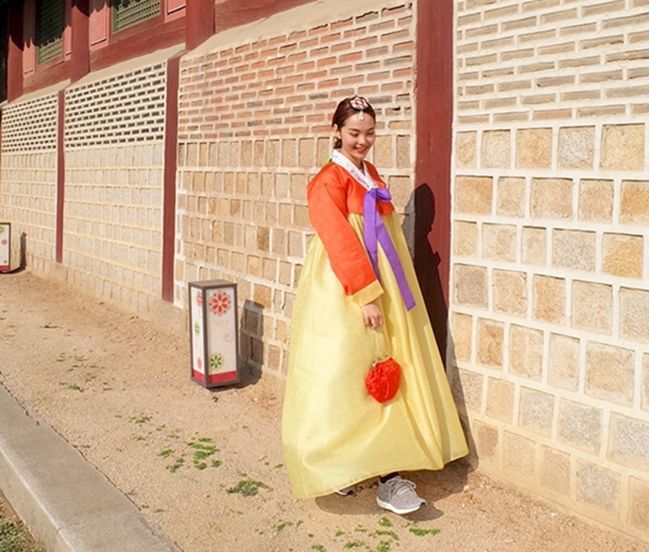 All stores rent out accessories matching with the Hanbok you've choosen