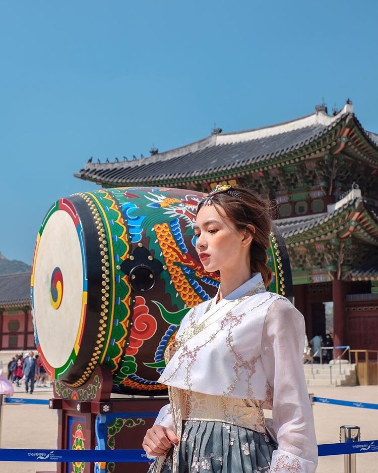 Taking pictures in Gyeong Bokgung Palace.