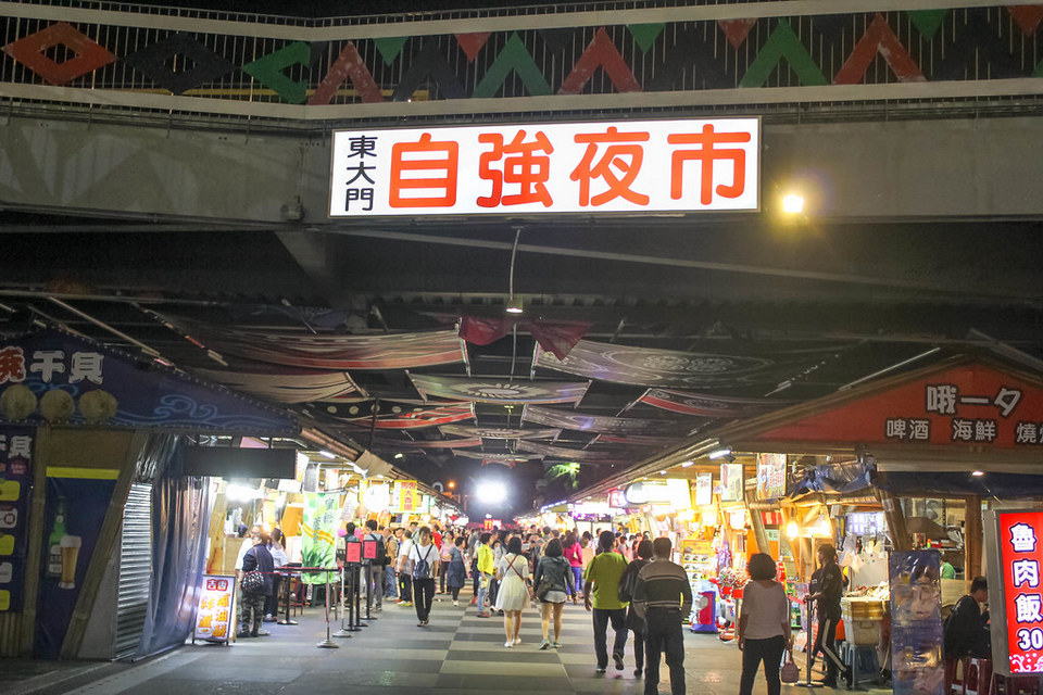 Inside Dongdamen night market
