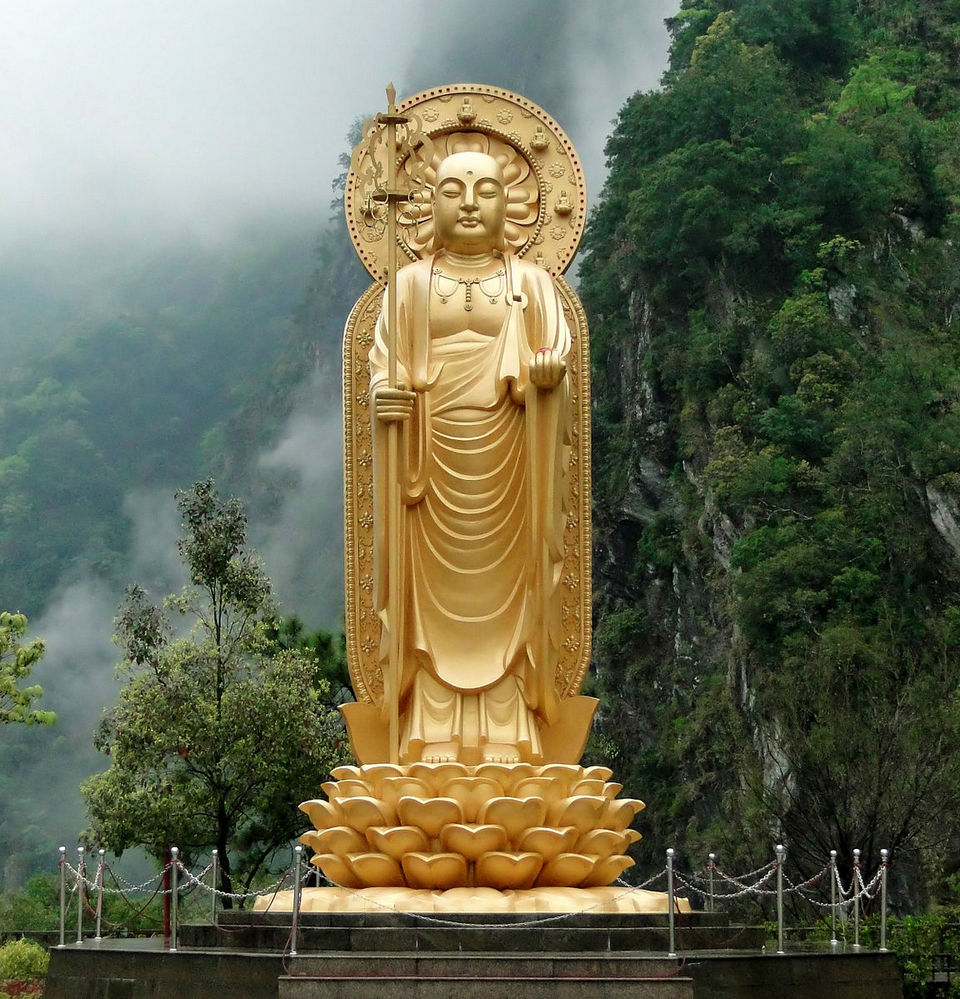 Giant golden Bodhisattva statue in Xiangde Temple